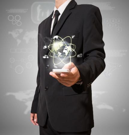 Geschäftsmann mit der Hochtechnologie auf mobilen Standard-Bild - 27357101