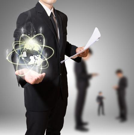 Geschäftsmann mit Weltverbindungs Standard-Bild - 27357105
