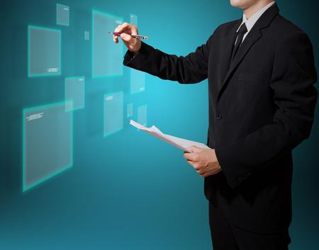 Geschäftsmann Analyse auf dem Bildschirm High-Tech, auf dem Bildschirm für das Symbol oder ein Bild Standard-Bild - 27357208