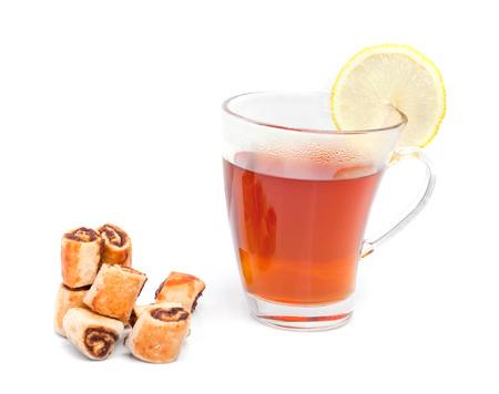 jam biscuits: Vetro tazza di t� con marmellata biscotti su bianco