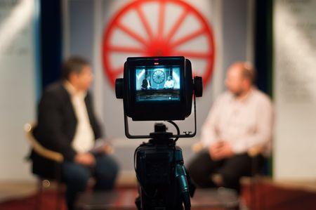 reportero: Enfoque de visor - show de grabaci�n en estudio de televisi�n - c�mara de v�deo en la c�mara  Foto de archivo
