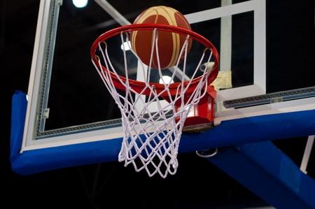 cancha de basquetbol: �xito de baloncesto. Pelota pasando a trav�s de la red