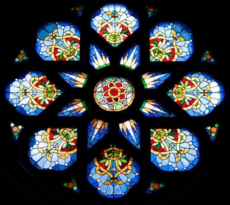 glas kunst: glas in lood raam van een kerk in Servië Stockfoto