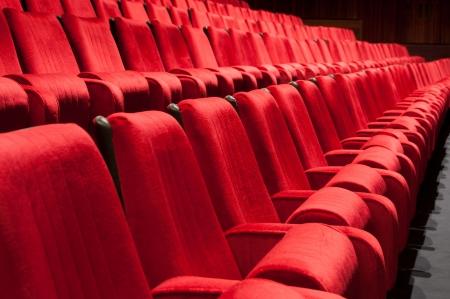 영화관, 극장, 회의 또는 콘서트에 대 한 빈 빨간색 좌석