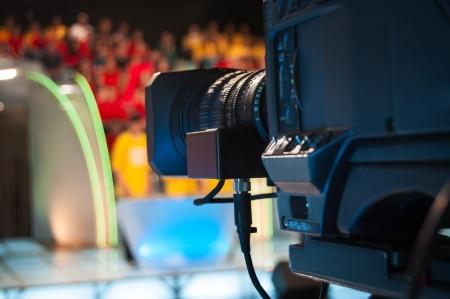 estudio de grabacion: Lente de la c�mara de v�deo - show de grabaci�n en estudio de televisi�n - se centran en apertura de la c�mara Foto de archivo