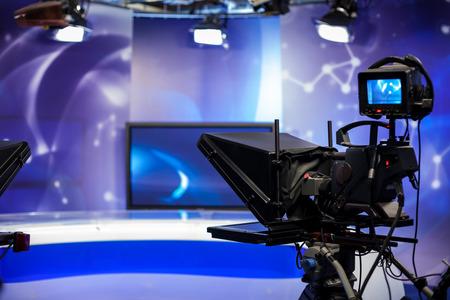 reportero: Lente de la cámara de vídeo - show de grabación en estudio de televisión - se centran en la cámara
