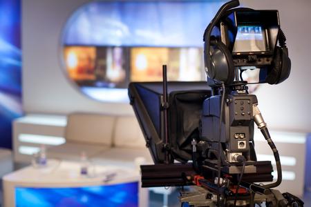 비디오 카메라 - TV 스튜디오에서 녹음 쇼 - 카메라에 초점 스톡 콘텐츠