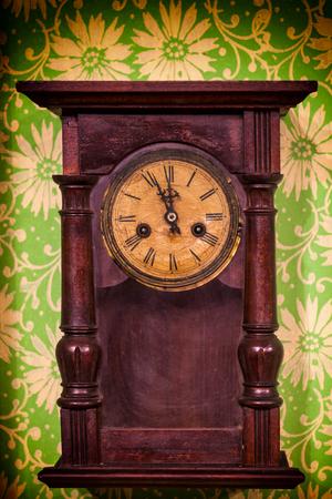 muebles de madera: reloj de pared de madera vieja de la vendimia que cuelga en la pared verde