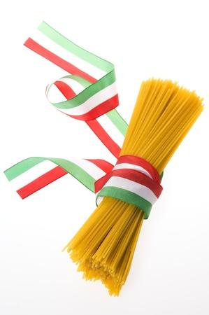 italian flag: mazzo di spaghetti con bandiera italiana