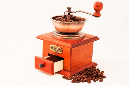 granos de cafe: molino de café y granos retro en el fondo blanco
