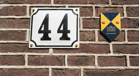 36 6: Huisnummer  number plate 44