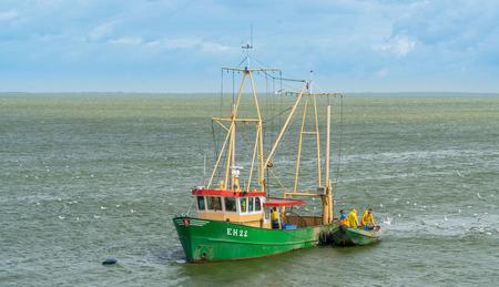 Enkhuizen, die Niederlande, 3. August 2017: Fischerboot vom Dorf von Urk, das auf das Ijsselmeer nahe Enkhuizen segelt Standard-Bild - 83577824