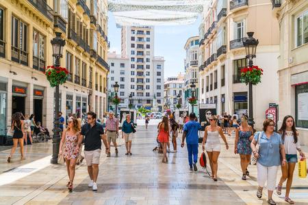 Malaga, Spagna, 27 giugno 2017: Turisti e locali che fanno shopping al Calle Marqués de Larios