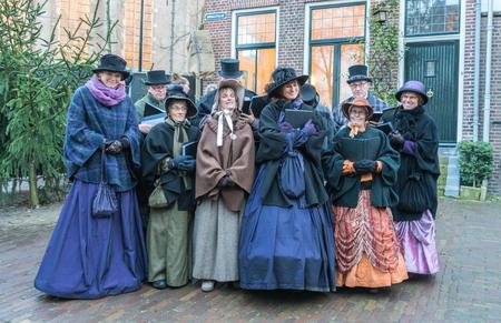 Deventer, Paesi Bassi, 17 dicembre 2017: Coro di attori vestiti che cantano all'interno del festival Dickens Editoriali