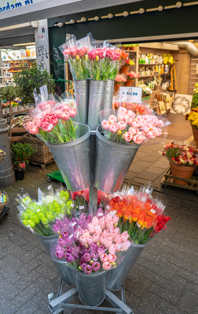 Amsterdam, May 7 2018 - Souvenirs, tulips  and other flowers at the tourist flowermarket at the Singel channel 版權商用圖片 - 106466620