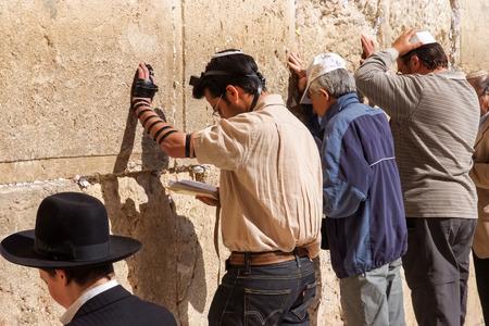 JERUSALEM, IZRAEL - 8 kwietnia 2008: niezidentyfikowani ludzie przez ściany Zachodniej lub Płaczu w Jerozolimie w Izraelu. Ściana była miejscem modlitwy żydowskiej i pielgrzymek od stuleci.