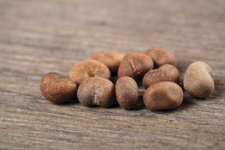 バオバブの種子古いと茶色ウッドの背景。