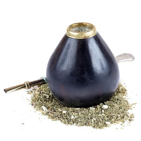yerba mate: La yerba mate y t� de calabaza con bombilla aisladas sobre fondo blanco