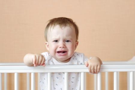 fantasque: pleurer �ge de b�b� de 11 mois dans un lit blanc