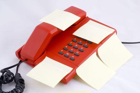 Teléfono rojo con amarillo memo de papel