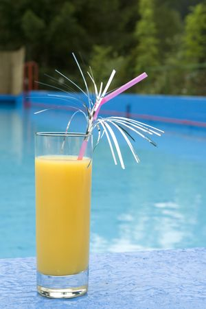 pool bar: a cool fresh glass with a cocktail by the swimmingpool Stock Photo