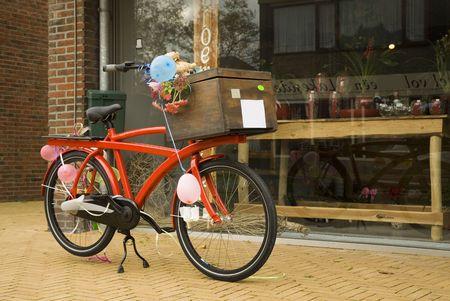 decorated bike: felice bici arancione con palloncini