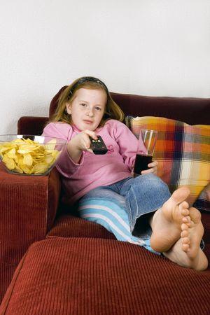 ni�os malos: zapping TV, virutas y cola  Foto de archivo