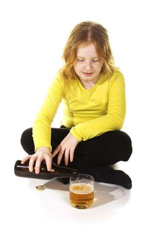 ni�os malos: la muchacha descuidada est� bebiendo el alcohol