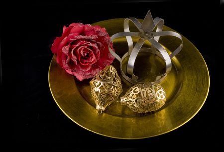 lucidity: Golden chrismas with plate ornaments and rose