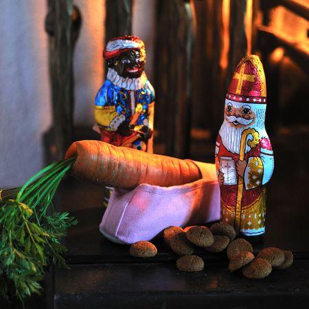 Sinterklaas en zwarte piet bij de gevulde schoen Stockfoto