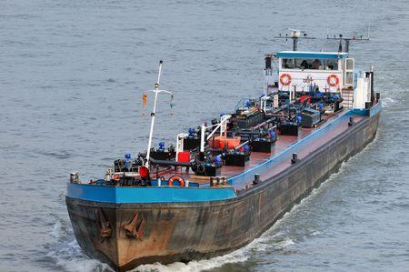 Combustible de transporte por barco en el río