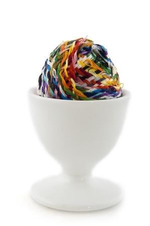 Oorspronkelijke ei in witte eierdopje geïsoleerd over wit Stockfoto