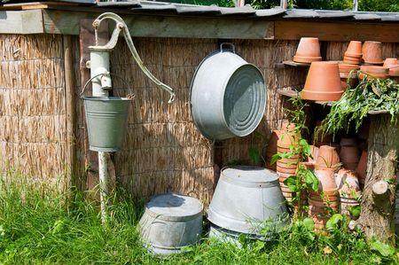 bomba de agua: Bomba de agua con un cubo viejo lavamanos y ba�eras de