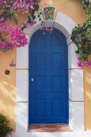 fermer la porte: Bougainvill�es au mur jaune et bleu porte en grec Assos  Banque d'images
