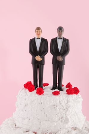 homo: Wedding cake with red roses and homo couple on top
