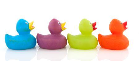 kleurrijke eenden op een rij