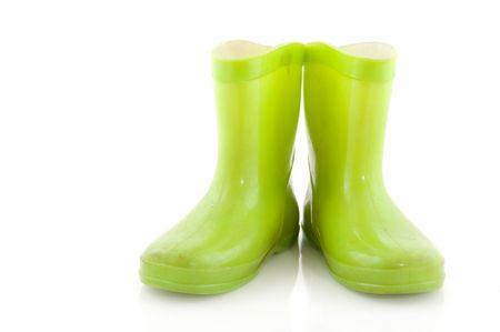 botas de lluvia: Botas de goma verde infantil para lluvia  Foto de archivo