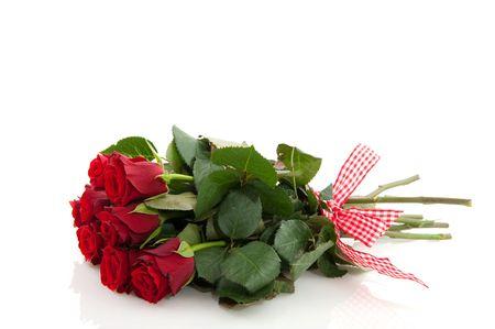 Ramo de rosas rojas aislados sobre blanco