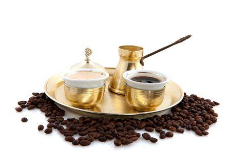 瀬戸物: トルコ コーヒー豆と白の背景を持つ伝統的な食器で 写真素材