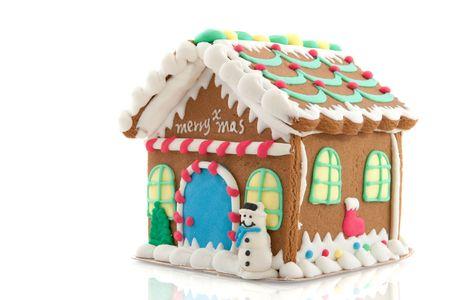 casita de dulces: Casa de pan de jengibre para Navidad aislados sobre fondo blanco  Foto de archivo