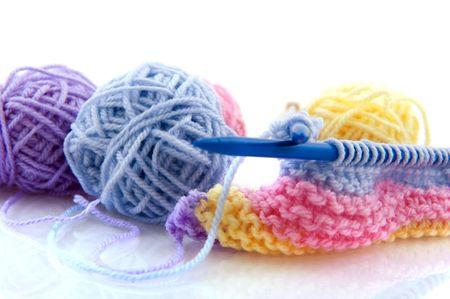 gomitoli di lana: maglieria con lana colorata isolato over white