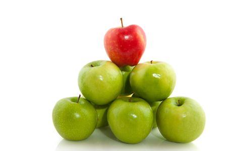 gestapelde groene appels met een rode bovenop