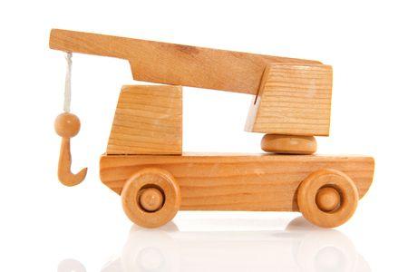 camion grua: Cami�n de remolque de madera con gr�a aislado sobre blanco