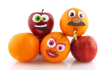 Drôle de pommes et des oranges avec des visages heureuses