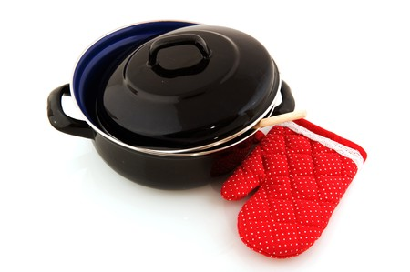 emaille: Black frying pan with kitchen glove and wooden spoon