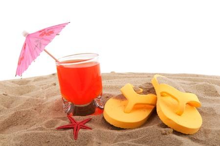 sandalias: Vacaciones de playa con limonada y flip flops en la arena