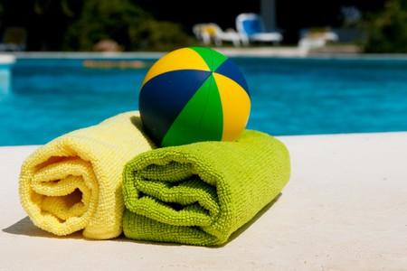 towel: Toallas cerca de la piscina del hotel  Foto de archivo