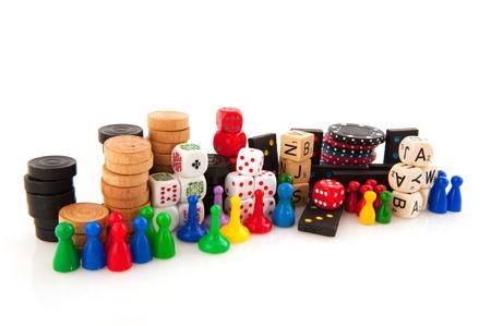 juego: Todos los atributos para jugar juegos de tablero aislados sobre blanco