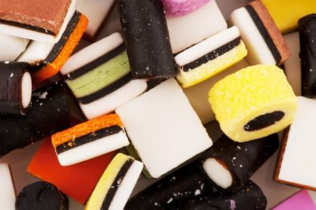 ソート: すべて白で分離された甘草キャンディ菓子を並べ替え