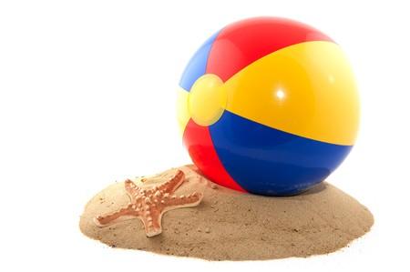 Beachball mit Sand und Eimer für den Strand Standard-Bild - 7394991